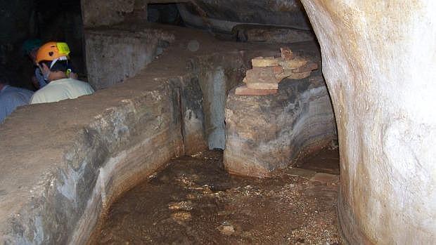Interior del molino de La Mina por el que discurre el agua de las galerías subterráneas