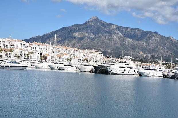 Vista de Puerto Banús con La Concha –montaña de Marbella– de fondo