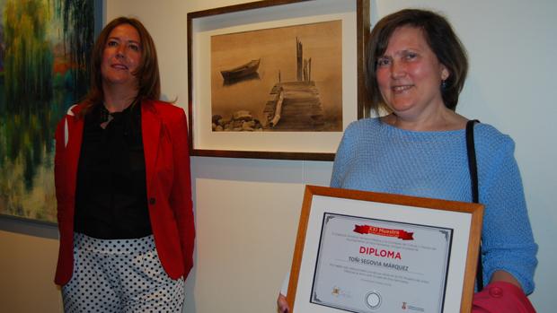 La delegada Rosario Sánchez posa con la artista premiada / L.M.