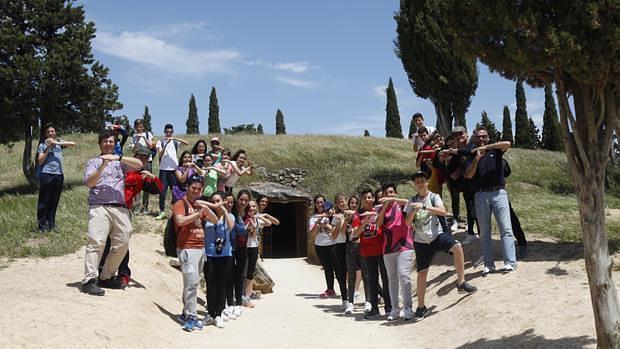 Los alumnos del IES Ibn Jaldún en uno de los dólmenes