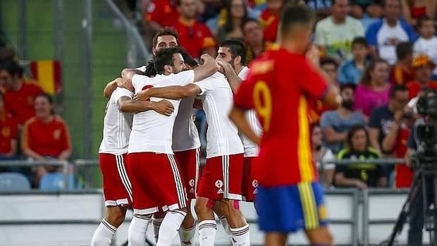 Varios futbolistas de Georgia celebran su gol ante España.