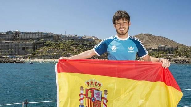 Silva, posando con la bandera de España.