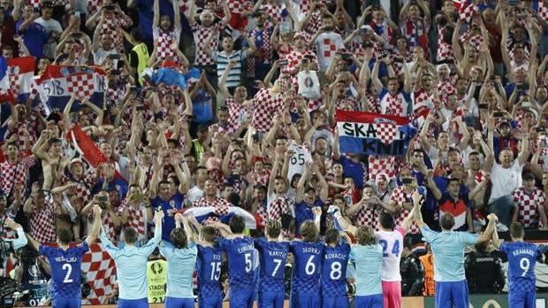 Los jugadores croatas celebran con su afición el triunfo ante España.