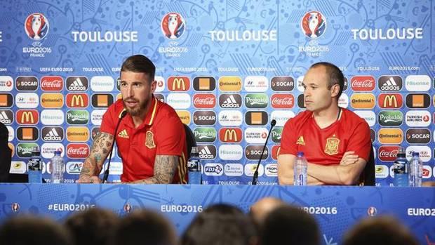Sergio Ramos y Andrés Iniesta, durante una rueda de prensa.