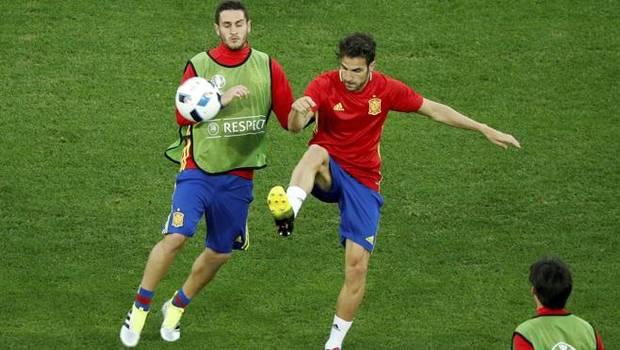 Koke y Cesc disputan un balón en el entrenamiento.
