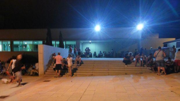 Personas aguardando durante la noche la apertura de las instalaciones municipales/ABC