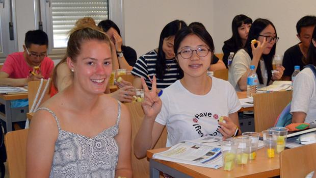Alumnos del Centro de Lenguas degustando melón