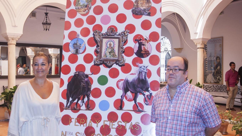 Presentación del cartel con la edil de Festejos y el autor
