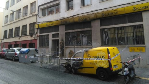 El incendio de unos contenedores obliga a cerrar la for Oficina de correos huelva