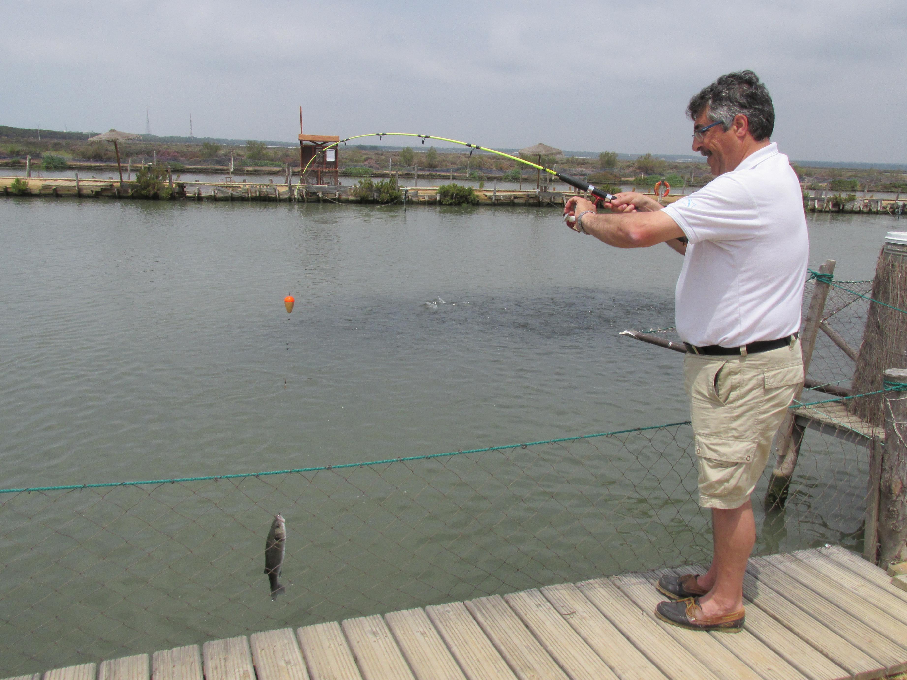 Un visitante capturando una pieza en el centro acuícola