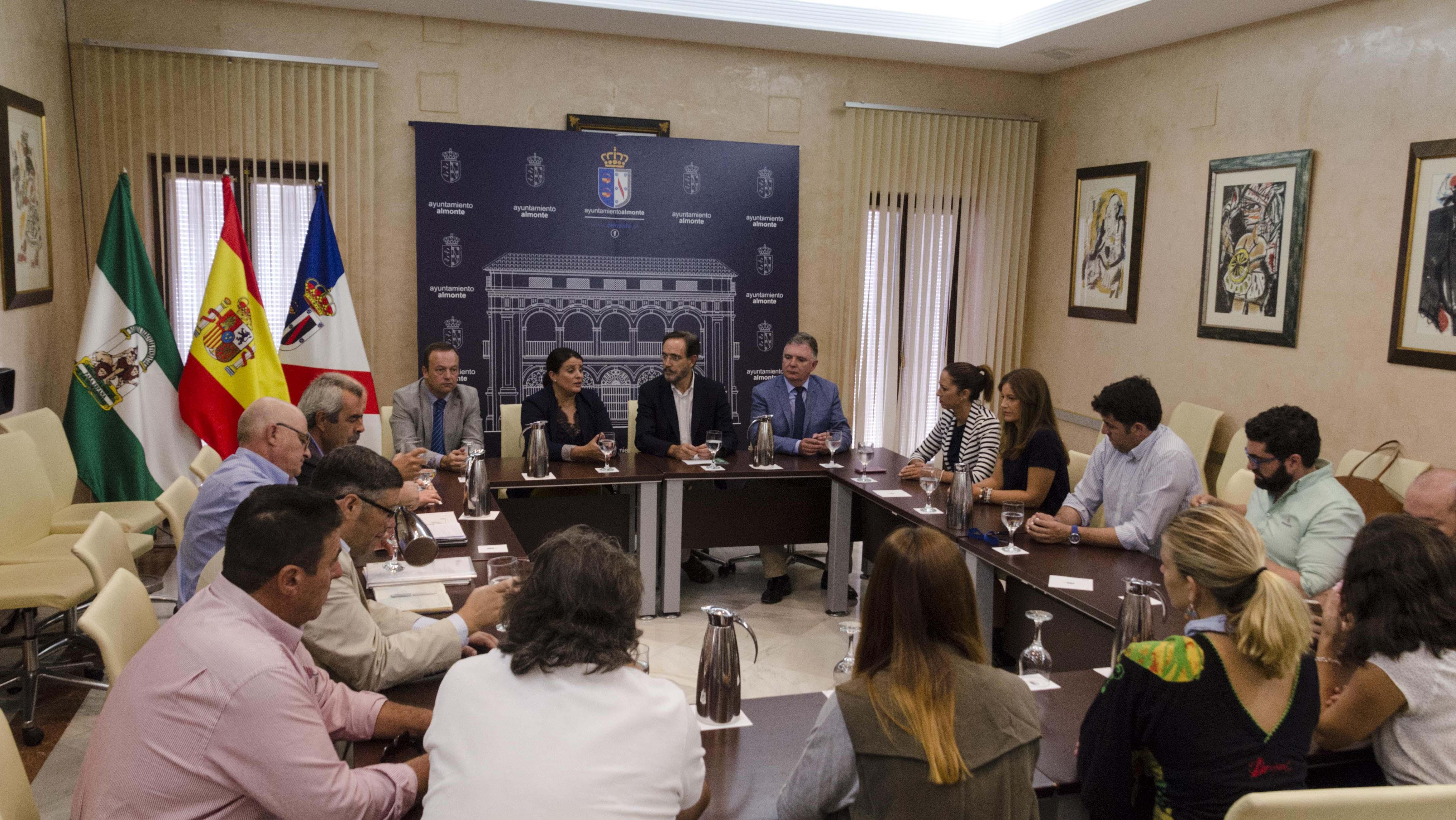 El consejero de Fomento, Felipe López, presenta el proyecto al equipo de gobierno almonteño y los colectivos sociales.