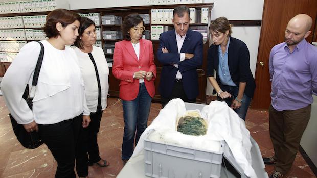 Rosa Aguilar y José Luiz Sanz han visitado los trabajos del tesoro de Tomares