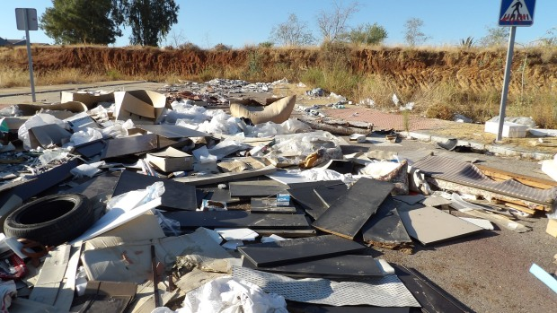 Los restos de basura se acumulan en varios polígonos de la ciudad