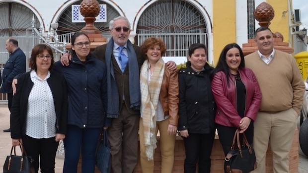 El presidente de Inés Rosales acompañado de varios trabajadores