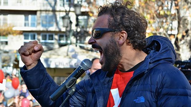 El médico Jesús Candel (Spiriman), en la última manifestación contra la fusión hospitalaria. / L. R.