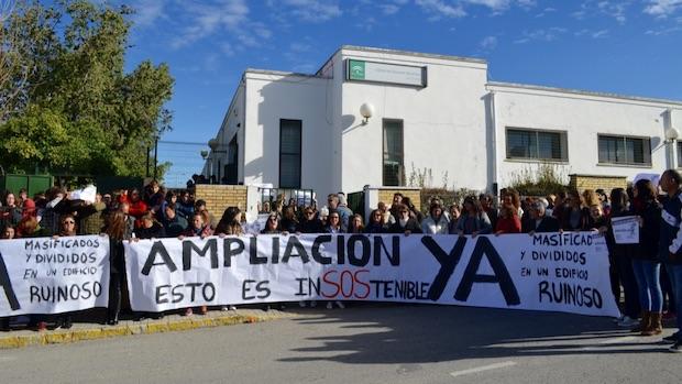 Padres, profesores y alumnos han participado en la protesta