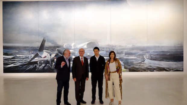 Jia Aili con las autoridades delante de «We Come from the Century»