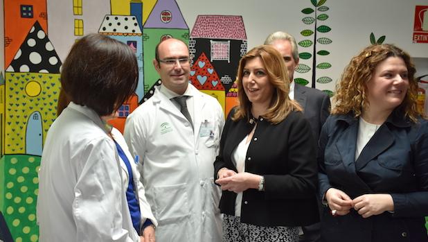 Susana Díaz, flanqueada por el gerente del nuevo hospital y Teresa Valdenebro, alcaldesa socialista de Ronda