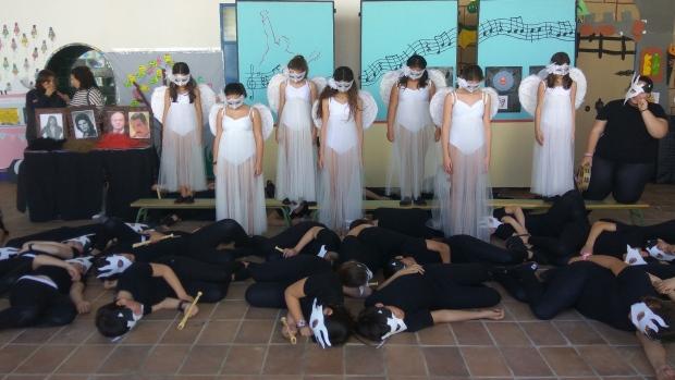 Los alumnos de sexto curso del centro dan forma al espectáculo tras meses de ensayo