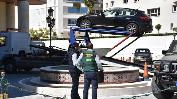 Agentes supervisan la retirada de vehículos de alta gama