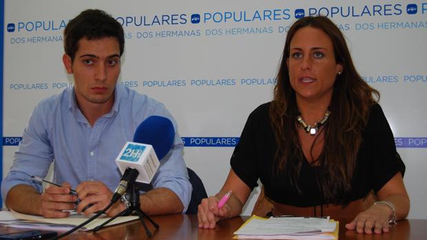 El investigado, Luis Paniagua, junto a la denunciante, Cristina Alonso, en una rueda de prensa en 2015