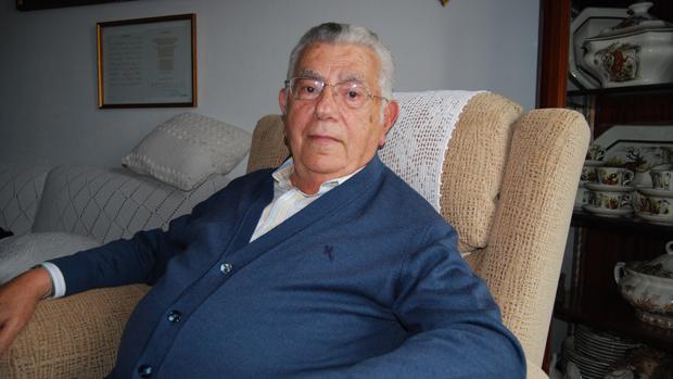 Juan Varela, durante una entrevista en su casa / L. MONTES