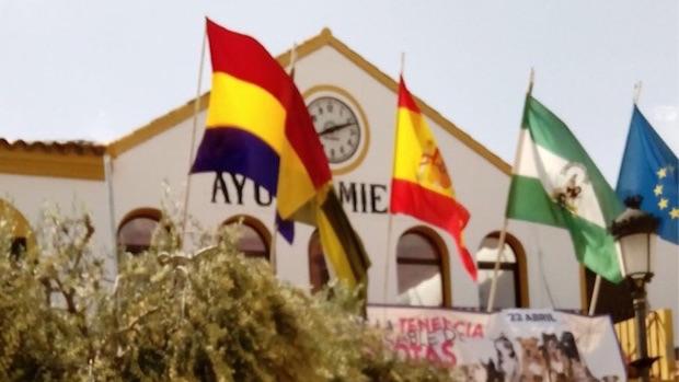 La bandera republicana ondeando en la fachada del Ayuntamiento de Bormujos