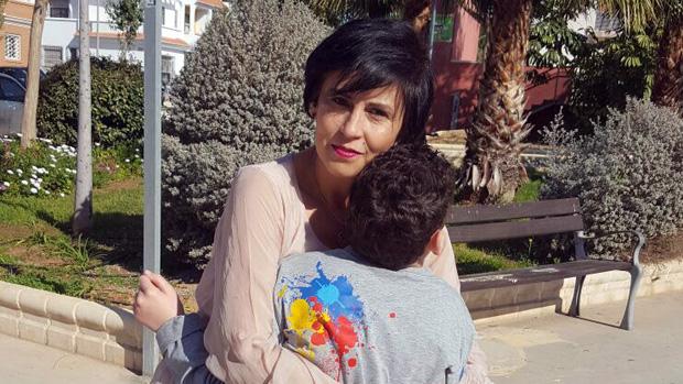 Rosario Pérez, fundida en un abrazo con Adrián
