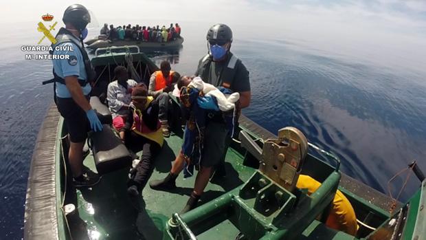 Rescate de una patera con mujeres y niños por parte de la Guardia Civil