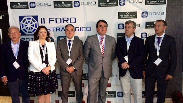 Antonio Zarco (entro corbata roja) con los autoridades presentes en el Foro de DOM3