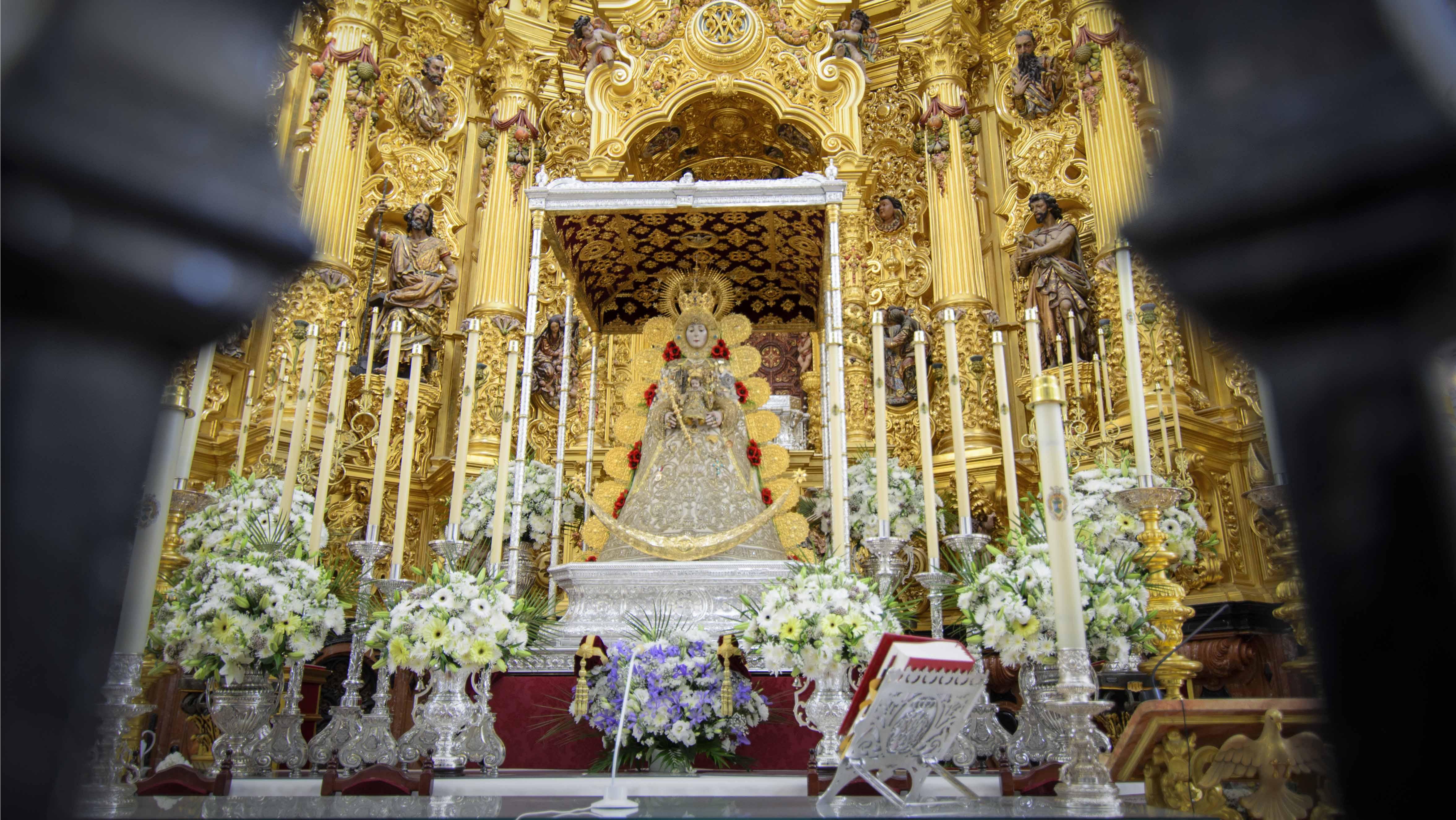 La Virgen del Rocío entronizada en su paso para la Romería 2017