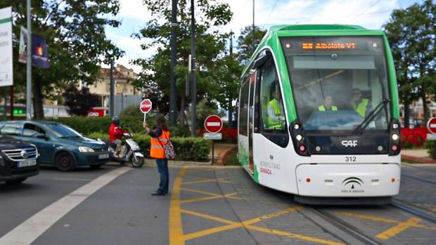 El metro de Granada no consigue circular con normalidad por los obstáculos que encuentra a su paso