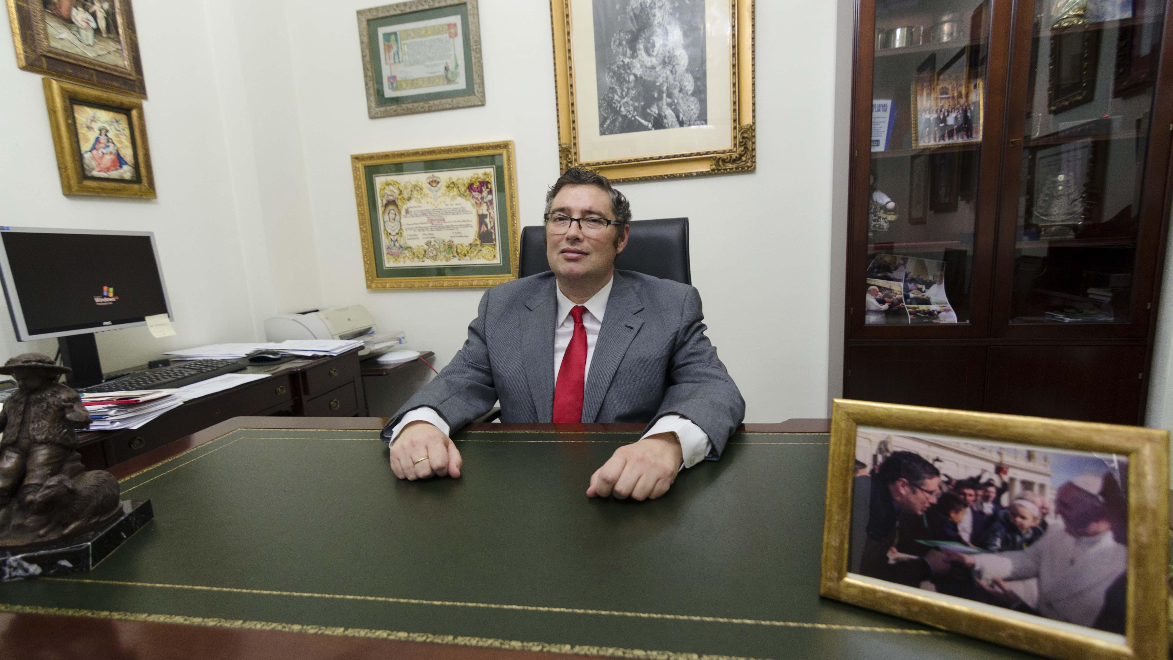Juan Ignacio Reales recibe a ABC en su despacho en la casa hermandad de la Matriz almonteña