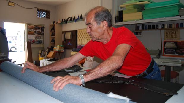 El antiguo tapicero que lo mismo repara unos zapatos que - Talleres de tapiceria ...