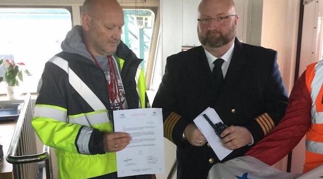 Los estibadores belgas entregan un manifiesto de solidaridad al capitán del «Madrid Maersk»