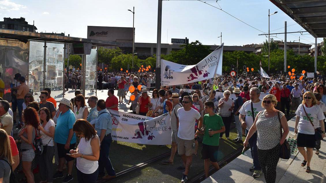 Miles de personas han participado en la manifestación contra la clase política.