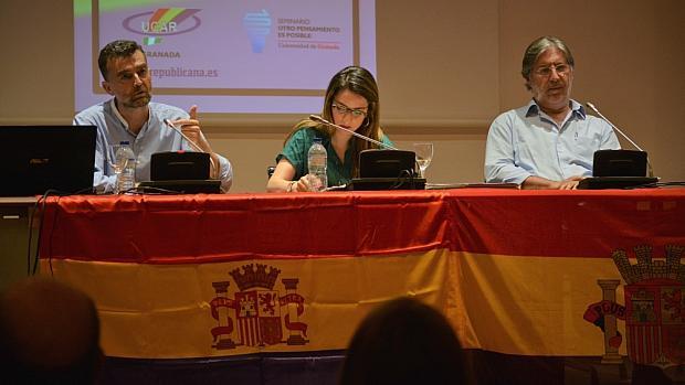 Antonio Maíllo (IU-CA), Ana Terrón (Podemos) y José Antonio Pérez Tapias (PSOE), en la conferencia republicana