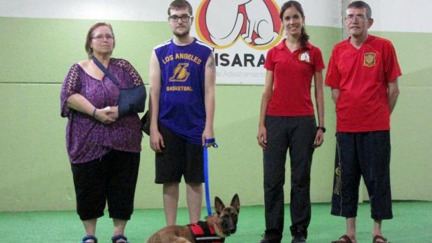 Daniel con su perra Lila que le ayuda a detectar hipoglucemias e Isabel directora del proyecto