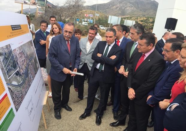 El ministro de Fomento, Íñigo de la Serna, junto al resto de autoridades, atienden a la explicación del proyecto / J.J.M.