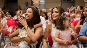 María Bravo y Eva Longoria con los niños de la Casa Global Gift de Marbella