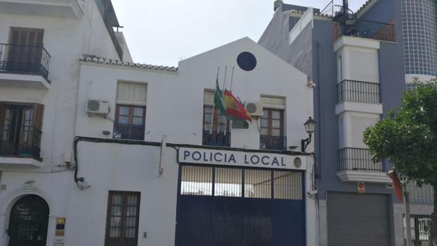 Puerta de la comisaría de Vélez Málaga