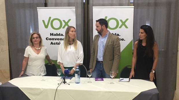 Salud Anguita y Santiago Abascal, en el centro, durante un acto celebrado en Jaén.