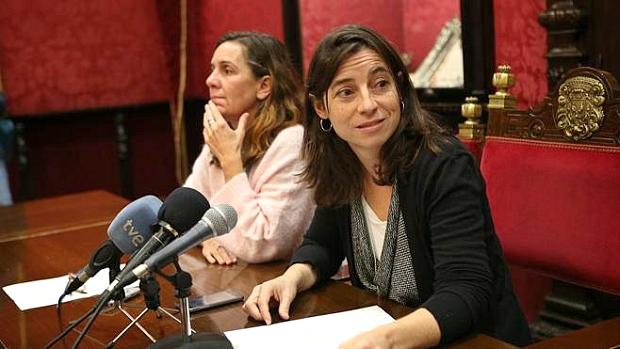A la izquierda, Pilar Rivas, quien ha sustituido como portavoz a Marta Gutiérrez, a la derecha