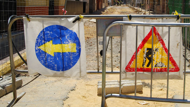 Señales de obras en una calle de Dos Hermanas