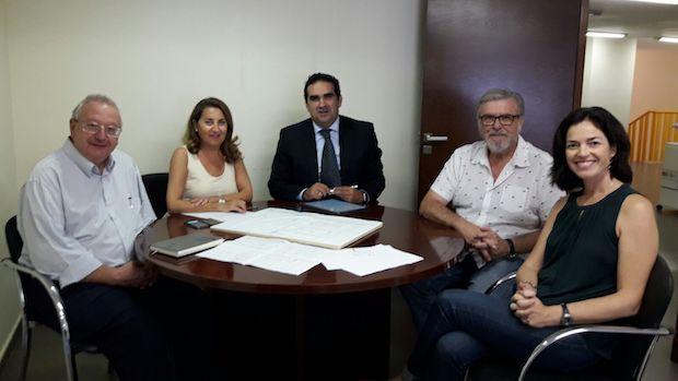 Representantes de Ayuntamiento y Bancosol en la firma del acuerdo