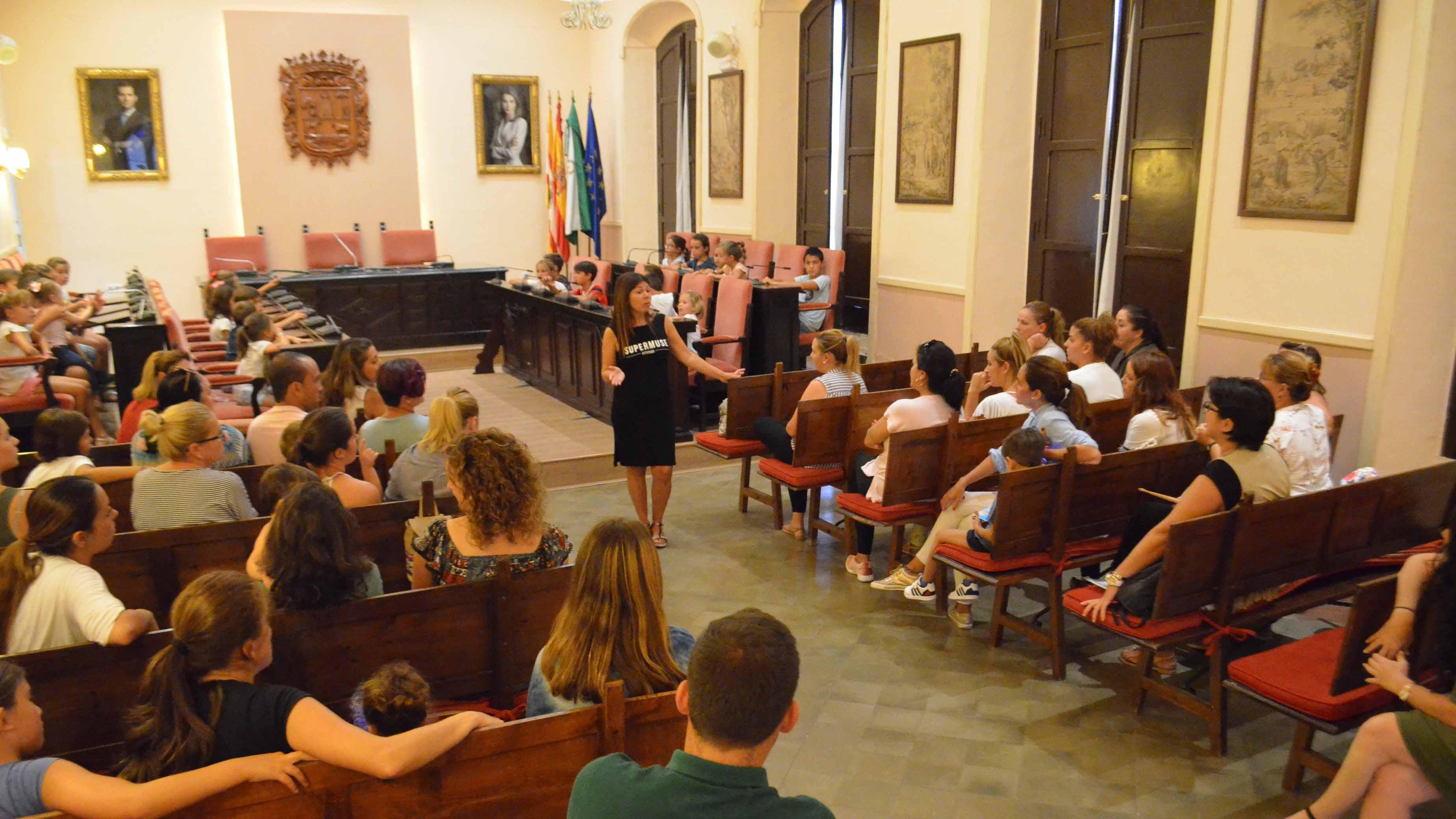 La delegada municipal de Educación recibió a los padres afectados
