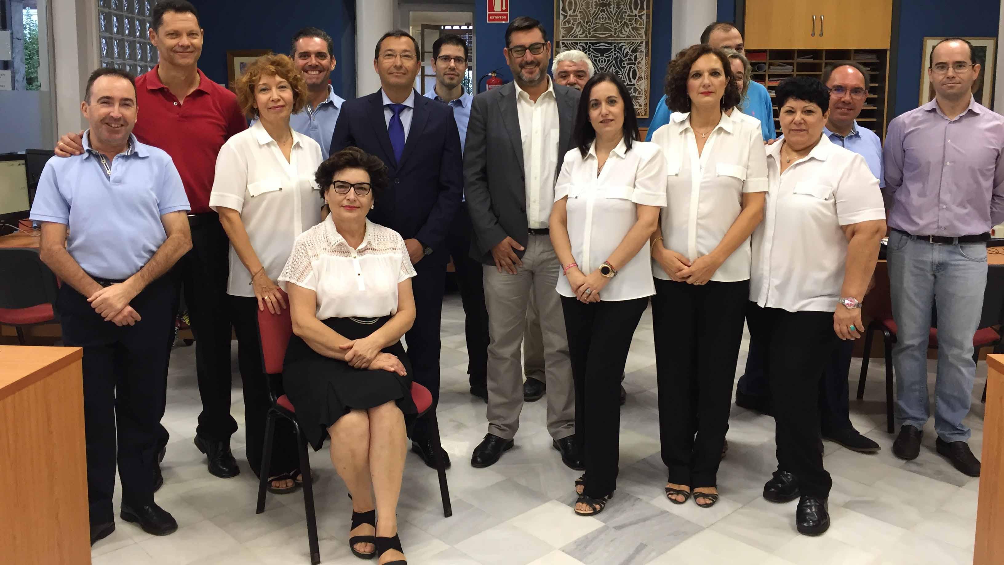 El alcalde de Utrera junto a los trabajadores del S.A.C.