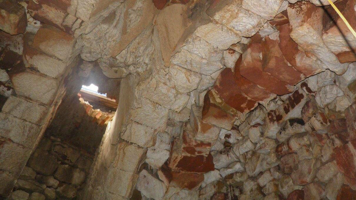 Noria descubierta bajo la superficie de un parque de Bailén