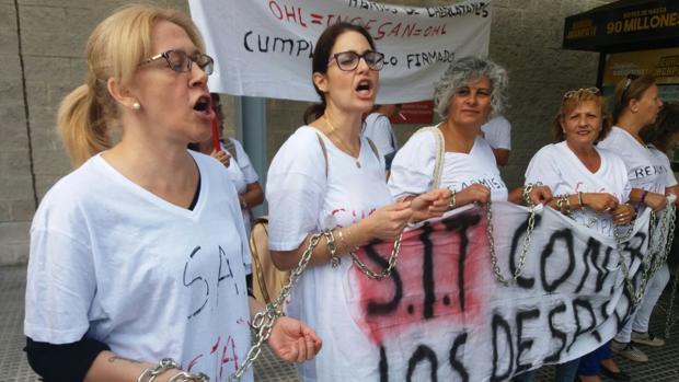 Trabajadoras del servicio de limpieza durante la protesta en el hospital Juan Ramón Jiménez