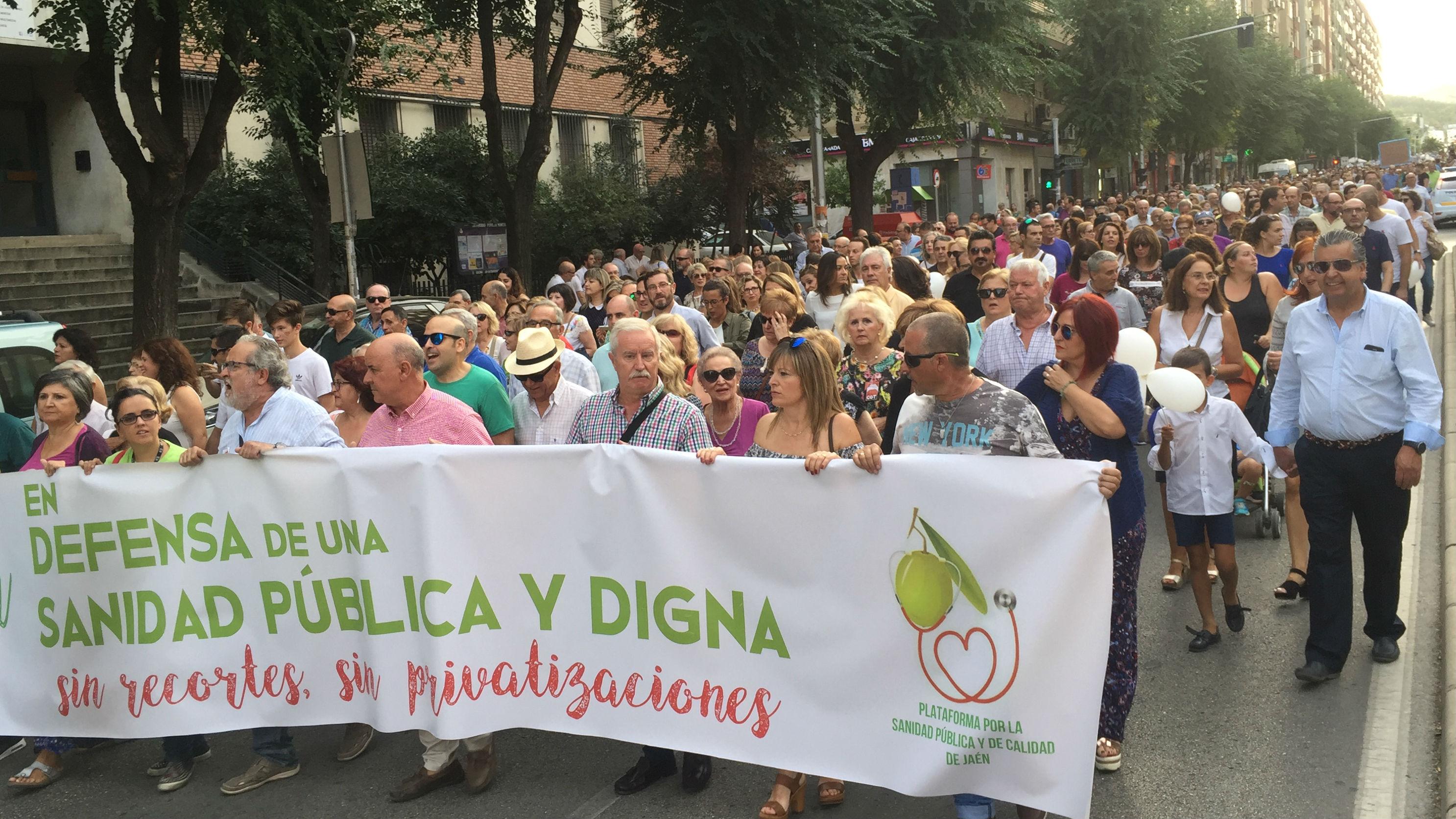Miles de personas han participado en la manifestación para exigir mejoras en la sanidad de Jaén
